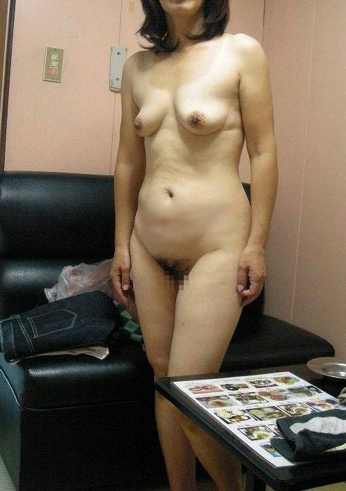 【投稿エロ画像】中年女性達が全裸になって崩れたおばさん体型を大胆披露11