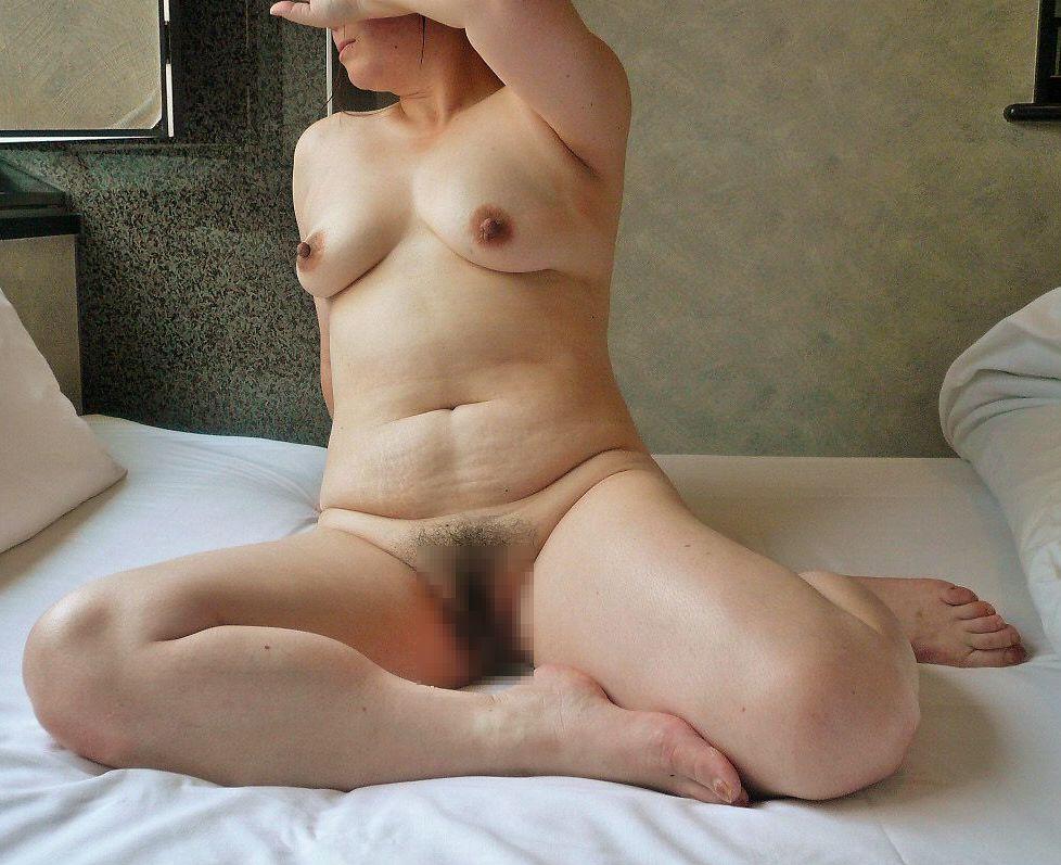 【投稿エロ画像】中年女性達が全裸になって崩れたおばさん体型を大胆披露22