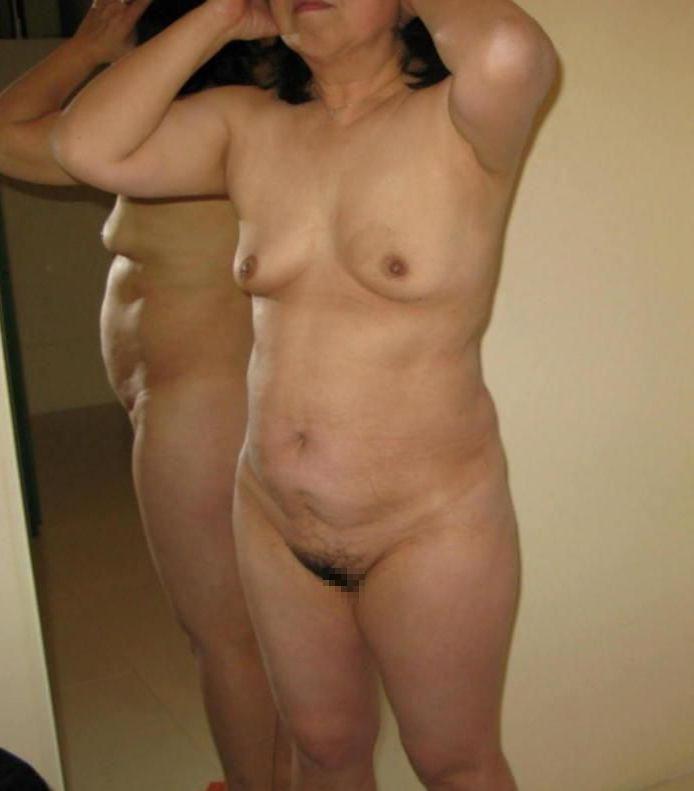 【投稿エロ画像】中年女性達が全裸になって崩れたおばさん体型を大胆披露16