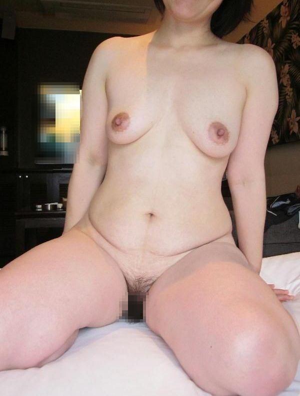 【投稿エロ画像】中年女性達が全裸になって崩れたおばさん体型を大胆披露17