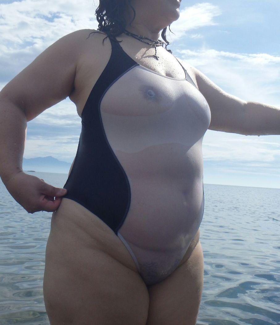 【投稿エロ画像】おばさんの水着姿が卑猥で興奮するんですけど!13