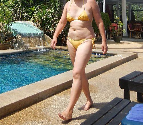【投稿エロ画像】おばさんの水着姿が卑猥で興奮するんですけど!20