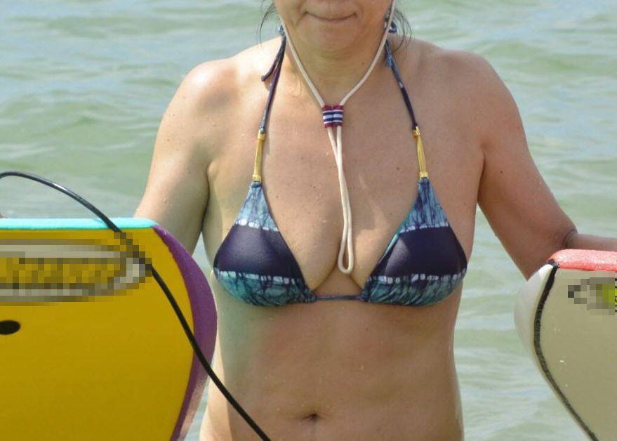【投稿エロ画像】おばさんの水着姿が卑猥で興奮するんですけど!23