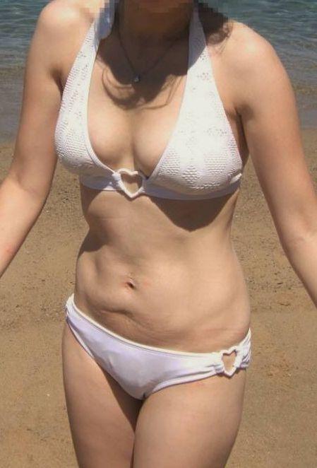 【投稿エロ画像】おばさんの水着姿が卑猥で興奮するんですけど!24