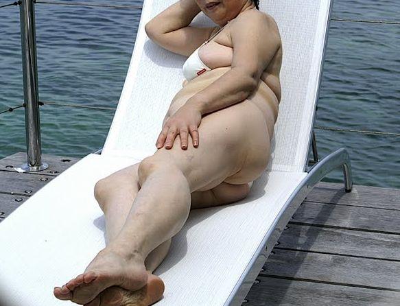 【投稿エロ画像】おばさんの水着姿が卑猥で興奮するんですけど!28