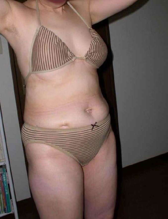 【投稿エロ画像】おばさんの水着姿が卑猥で興奮するんですけど!14