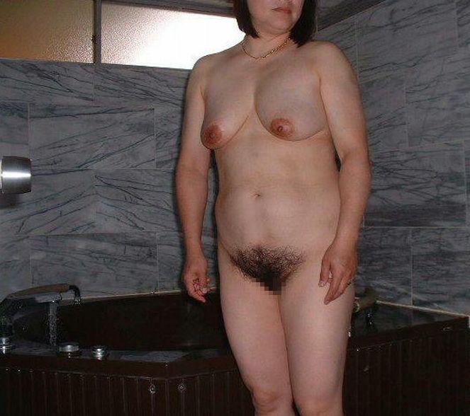 【投稿エロ画像】中年女性達が全裸になって崩れたおばさん体型を大胆披露9